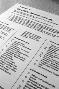 Checkliste Bootseinweisung im Charter-Logbuch Segeln. Zur Einweisung der Segel-Crew auf einer Charter-Yacht durch den Skipper.